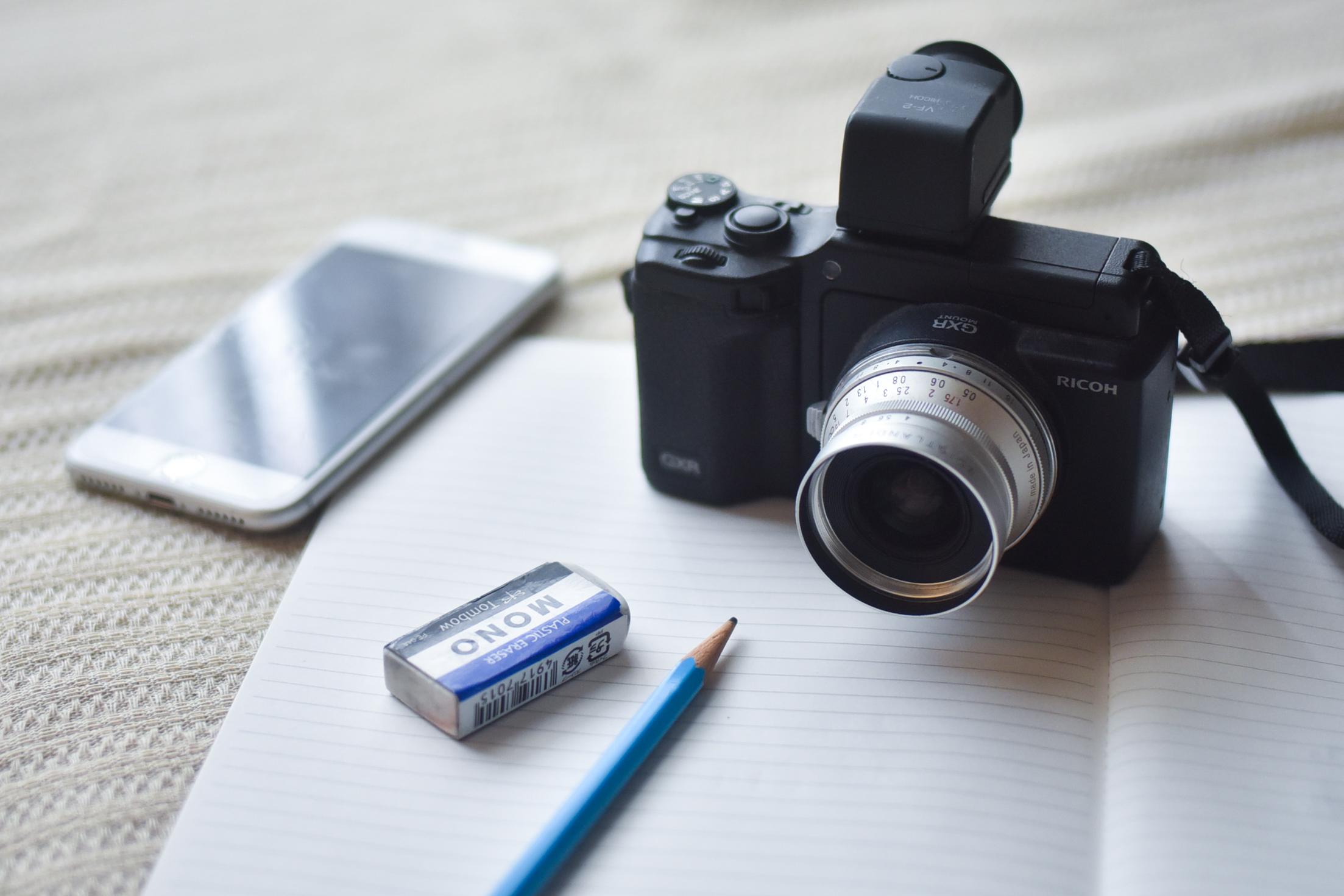 カメラとスマホと鉛筆と消しゴム