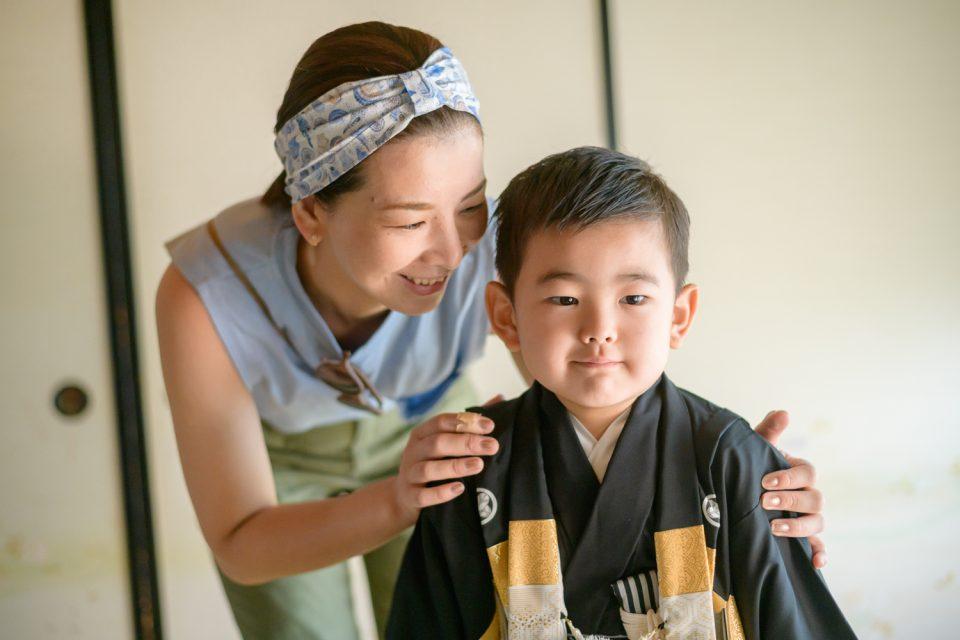 羽織袴の男の子とお母さん