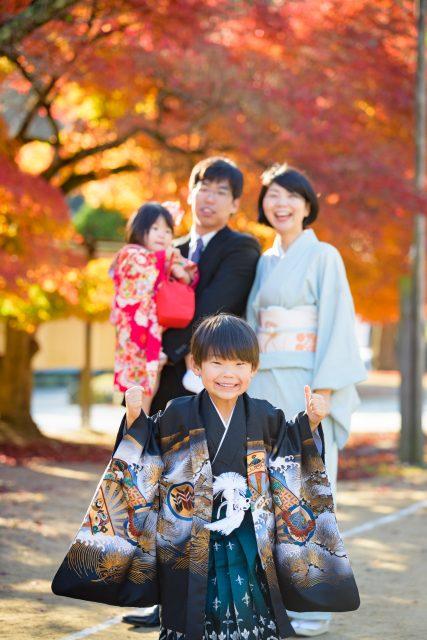 七五三の着物をきた家族4人