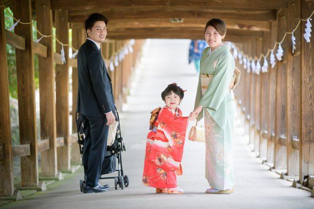 七五三吉備津神社回廊で家族3人