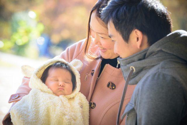 お父さんお母さんに抱っこされる赤ちゃん