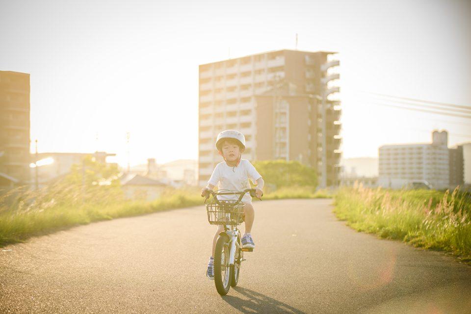 夕暮れに自転車に乗っている6歳