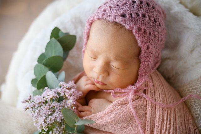 ピンクの帽子の赤ちゃん