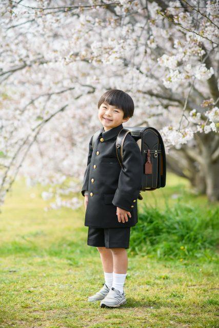 桜の下でランドセルの男の子