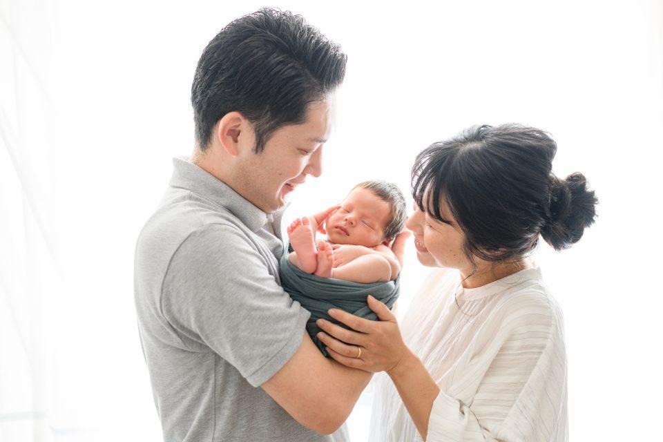 お父さんお母さんと新生児、白背景