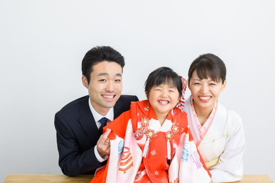 3歳赤い着物の女の子とお父さんお母さん