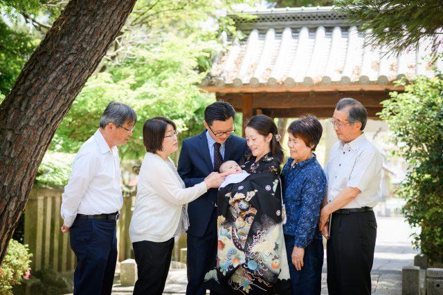 パパママ祖父母6人と赤ちゃんが神社門前で記念写真
