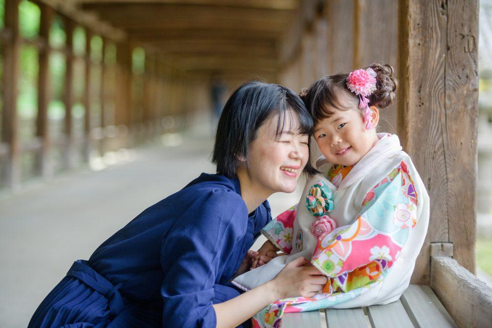 ママと七五三着物を着た女の子、笑顔